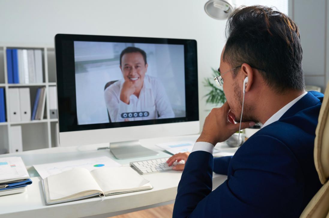 Cómo mantener conectados e interesados a tus asistentes en una reunión online